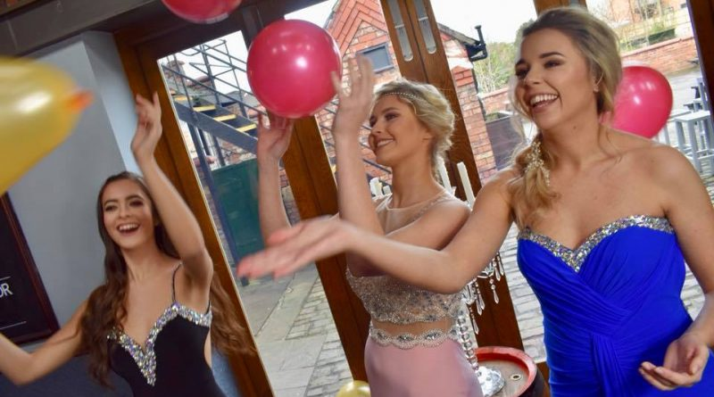 Cheshire Swags (Strong Women and Girls) Celebrate in style with a Photo shoot at the Saracen's Head.